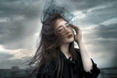 冷漠暗色系空间图片_高傲冷漠的孤单女子