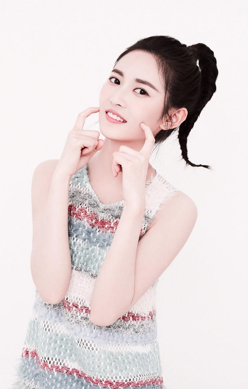 邻家小妹陈钰琪束起头发露出小可爱脸蛋是个甜腻腻的小仙女