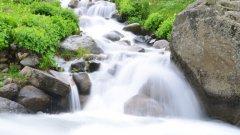 林间溪流瀑布养眼图片