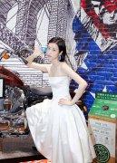 周雨彤白色抹胸礼裙简约酷美魅力写真图片
