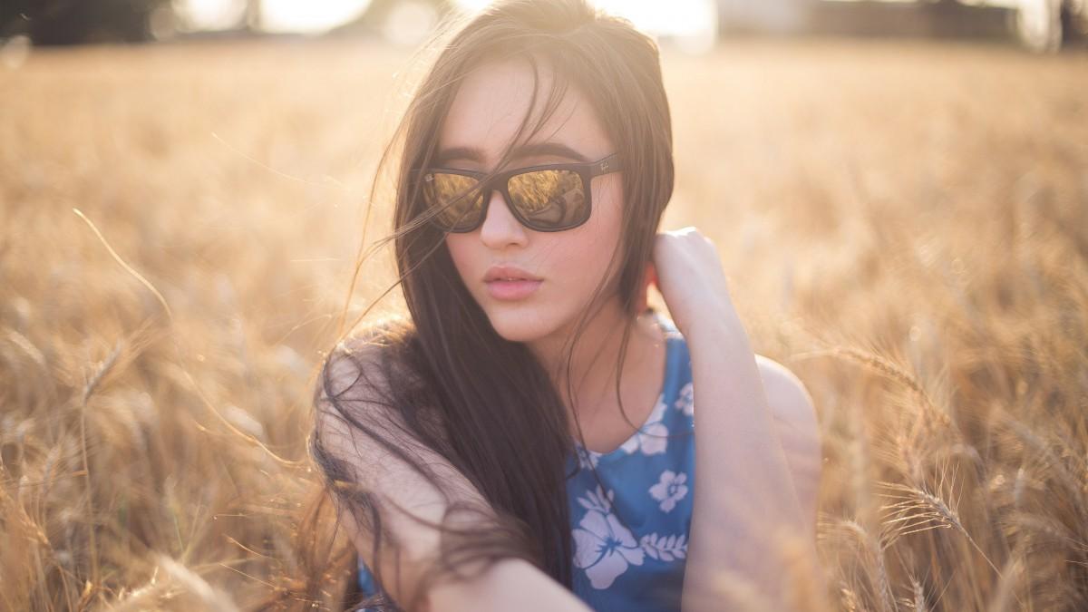 戴墨镜的女生图片