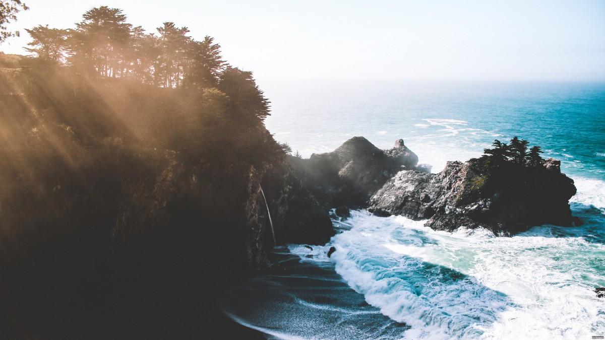 拍打礁石的海浪图片